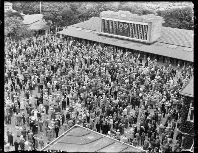 The crowd at the main tote (totalisator) at the Trentham racecourse photographed circa 29 January 1951.jpg
