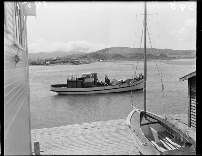 5 April 1951 The racehorse Royal Tan arriving by launch at Paremata for a race at Trentham..jpg